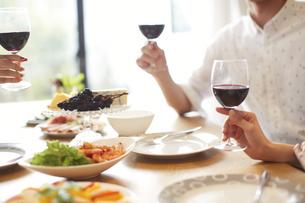 ホームパーティでワインを持つ男女の手の写真素材 [FYI02967805]