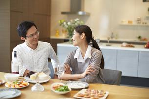 料理を前に会話する男女の写真素材 [FYI02967806]