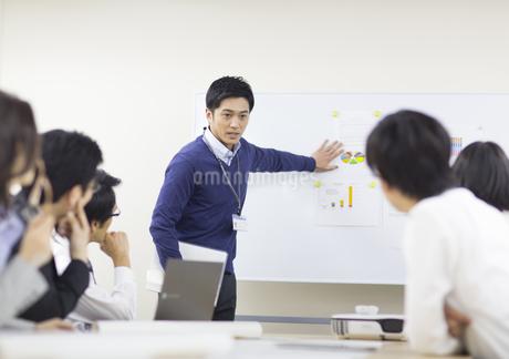 会議で説明をするビジネス男性の写真素材 [FYI02967808]