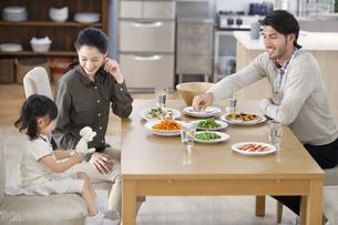 ダイニングテーブルで食事を楽しむ親子の写真素材 [FYI02967809]