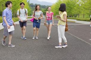 キャンパスを歩く学生たちの写真素材 [FYI02967810]
