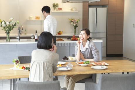 テーブルで食事を前に会話する女性二人の写真素材 [FYI02967811]