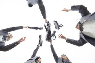 真上に鞄を投げる女子高校生たちの写真素材 [FYI02967812]