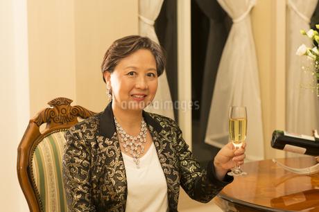 ワイングラスを手に微笑むシニア女性の写真素材 [FYI02967816]