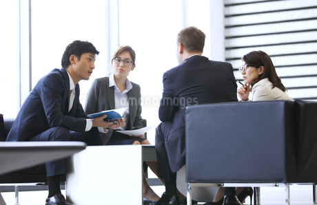 打ち合わせをするビジネス男女の写真素材 [FYI02967821]
