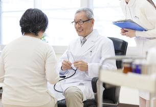 患者に問診をする男性医師の写真素材 [FYI02967823]