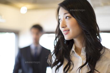 オフィスで遠くを眺めるビジネス女性の写真素材 [FYI02967824]