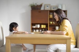 ダイニングテーブルでくつろぐ親子の写真素材 [FYI02967830]