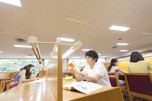 図書室で勉強する男子学生の写真素材 [FYI02967836]