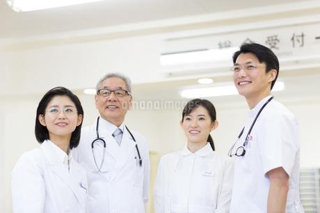 笑顔の医師たちの写真素材 [FYI02967839]