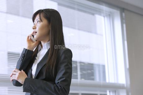 スマートフォンで話すビジネス女性の写真素材 [FYI02967841]
