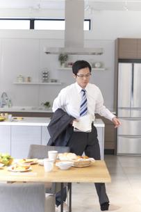 ダイニングで出勤に急ぐ男性の写真素材 [FYI02967848]