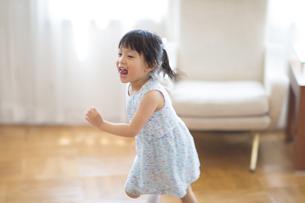 楽しそうに走る女の子の写真素材 [FYI02967849]