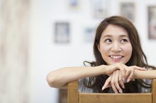 椅子に腰を掛ける女性のポートレートの写真素材 [FYI02967854]