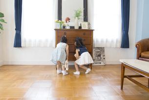 タンスを開ける2人の女の子の後ろ姿の写真素材 [FYI02967855]