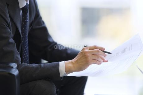 打ち合わせをするビジネス男性の手元の写真素材 [FYI02967857]