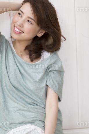 微笑みながら上を見上げる女性の写真素材 [FYI02967867]