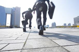 走り出すビジネス男性二人の後ろ姿の写真素材 [FYI02967872]