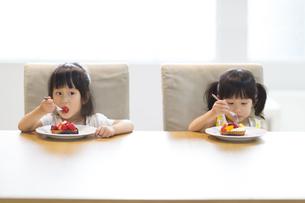 ケーキを食べる2人の女の子の写真素材 [FYI02967883]