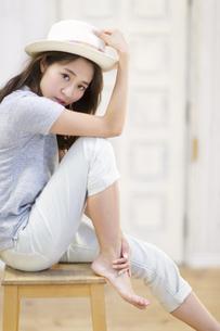 椅子に腰を掛ける女性のポートレートの写真素材 [FYI02967884]