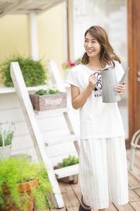 ガーデニングを楽しむ女性の写真素材 [FYI02967887]