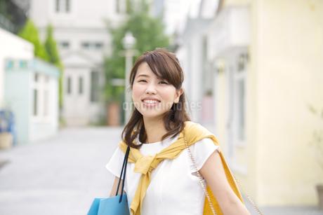 街中で微笑む女性のポートレートの写真素材 [FYI02967890]