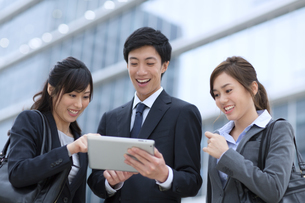 タブレットPCを見るビジネス男女の写真素材 [FYI02967899]