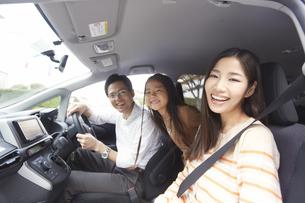 車中で微笑む家族のスナップの写真素材 [FYI02967904]