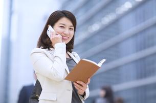 スマートフォンで通話するビジネス女性の写真素材 [FYI02967909]