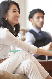 ソファーに座って微笑む男性と女性の写真素材 [FYI02967910]