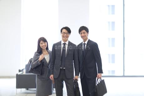 オフィスビルのロビーで立つビジネス男女の写真素材 [FYI02967918]