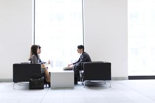 打ち合わせをするビジネス男女の横顔の写真素材 [FYI02967919]