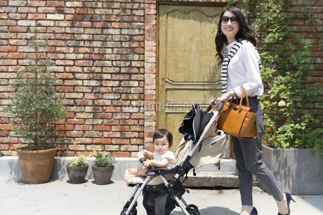 ベビーカーで散歩する親子の写真素材 [FYI02967923]