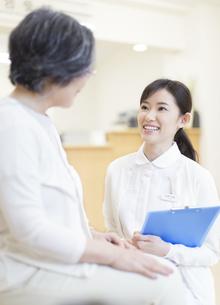 患者と話をする女性看護師の写真素材 [FYI02967925]