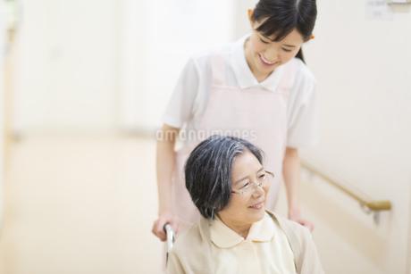 車椅子の患者を押す女性看護師の写真素材 [FYI02967930]
