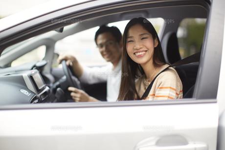 車中で微笑むカップルのスナップの写真素材 [FYI02967931]