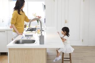 キッチンで料理の準備をする親子の横顔の写真素材 [FYI02967939]