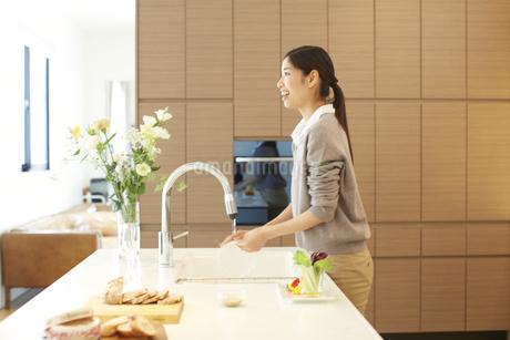台所で皿を洗う女性の写真素材 [FYI02967941]