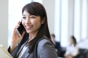 スマートフォンで通話するビジネス女性の写真素材 [FYI02967945]