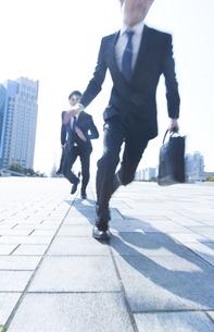 走り出すビジネス男性2人の写真素材 [FYI02967946]
