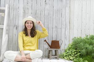 帽子を被ってテラスでくつろぐ女性の写真素材 [FYI02967949]