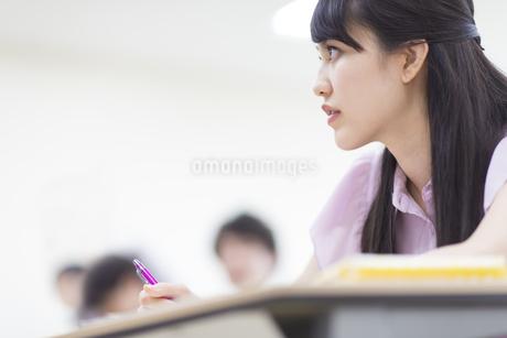 授業を受ける女子学生の写真素材 [FYI02967950]