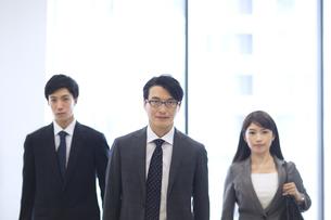 オフィスビルのロビーで立つビジネス男女のポートレートの写真素材 [FYI02967953]