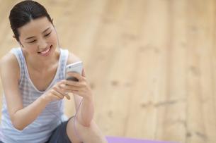 スマートフォンで音楽を楽しむ女性の写真素材 [FYI02967971]