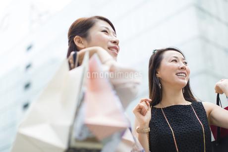 街で買物を楽しむ2人の女性の写真素材 [FYI02967977]
