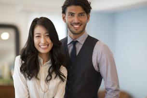 微笑む男性と女性のポートレートの写真素材 [FYI02967978]