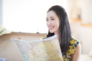 旅行の準備をする笑顔の女性の写真素材 [FYI02967984]