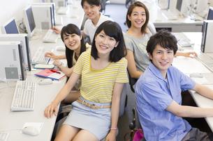 パソコン教室で集まる学生たちのポートレートの写真素材 [FYI02967985]