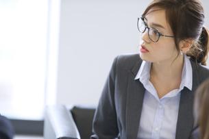 打ち合わせをするビジネス女性の写真素材 [FYI02967986]