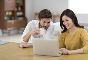 椅子に座ってパソコンを見る男性と女性の写真素材 [FYI02967988]